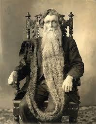 Sakalına bastı Avusturyalı Hans Steininger Dünyanın en uzun sakallarına sahip insanı olarak meşhur olmuştu. (1.4 metre) Fakat onu meşhur yapan bu sakalları aynı zamanda ölümüne de sebep oldu. 1567 de bir gün Hans'ın kasabasında büyük bir yangın çıktı. Hans sakalını toplamayı unuttuğu için sakallarının alev almasıyla dengesini kaybetti. Önce düşüp burnunu kırdı sonrada yaşamını kaybetti.