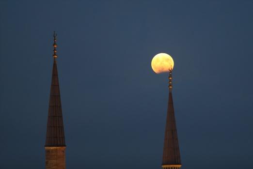 """Ayın bakır renginde göründüğü """"Parçalı ay tutulması"""" gerçekleşti."""