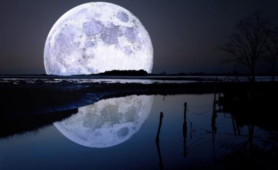 Ayı kucaklamak istedi Çinli şair Li Po'nun Çin literatür tarihinde iki büyük şiiri vardır. Fakat Li Po hep sarhoş olarak dolaşırdı. Bir akşam Yangtze nehrinde botu ile giderken suya yansıyan Ay'la kucaklaşmak istedi ve teknesinden düştü. Po, boğularak öldü.