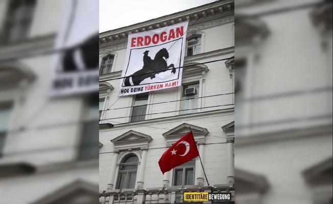 Viyana'da Türk Büyükelçiliği'ne pankart astılar