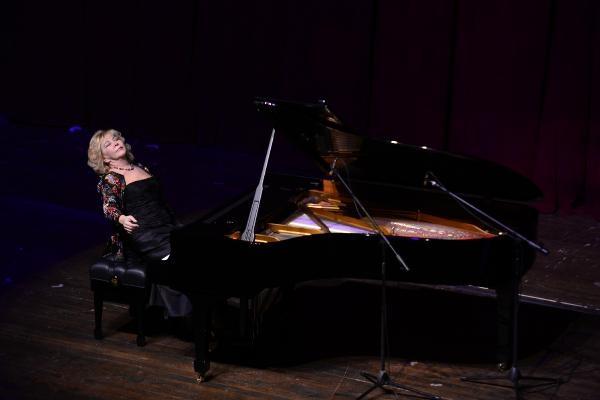 Gülsin Onay, piyanosuyla büyüledi