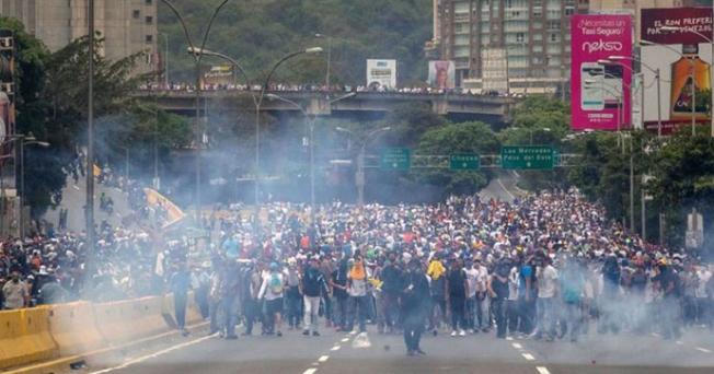 Venezuela'daki gösterilerde en az 10 kişi öldü