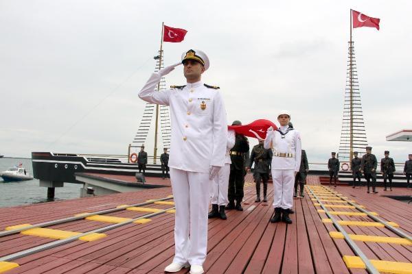 Atatürk'ün Samsun'a çıkmasını temsil eden bayrak, törenle karaya çıkartıldı