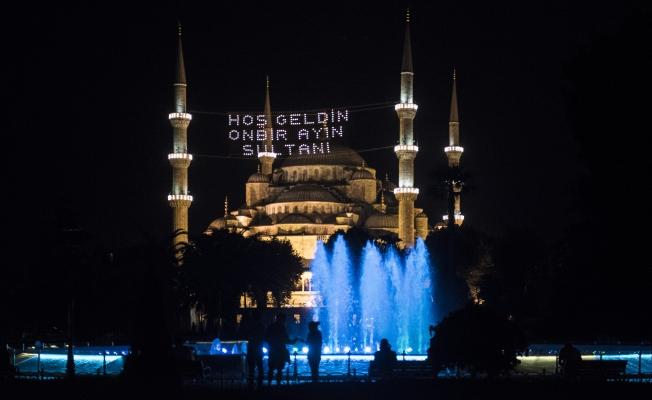Mahyalar İstanbul'u aydınlattı