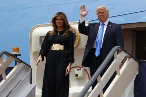 Melania Trump, Suudi Arabistan'a Giden Uçağa Rengarenk Girdi; Simsiyah Çıktı