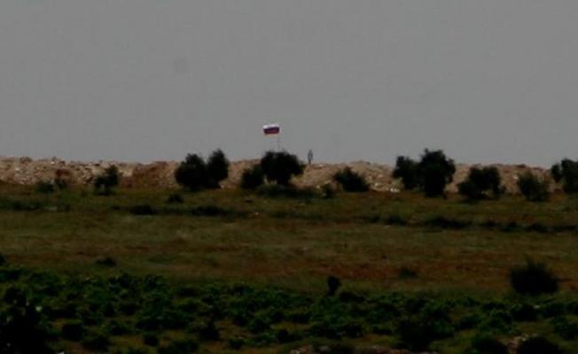 PYD'nin sınıra çektiği Suriye ve Rus bayrakları silahlı kişilerce korunuyor