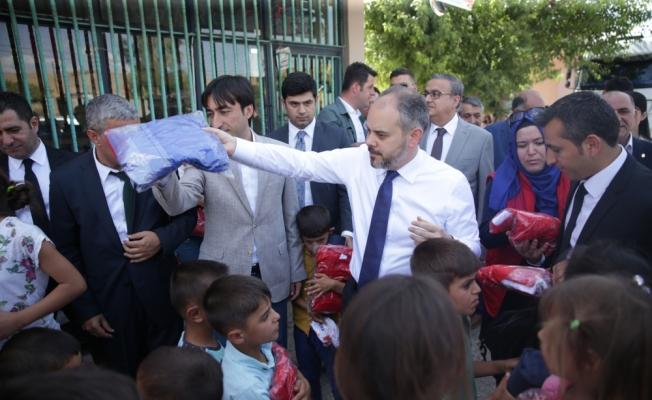 Bakan, çocuklardan oyuncak tabancayı alarak spor malzemesi verdi