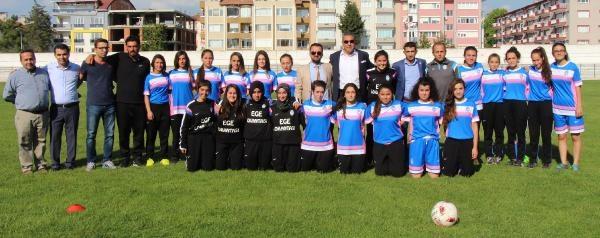Burdurspor kadın futbol takımı kurdu
