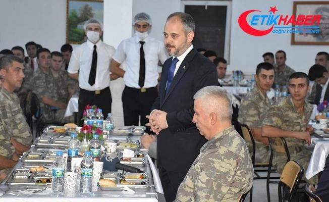 Gençlik ve Spor Bakanı Kılıç Mehmetçik'le sahur yaptı