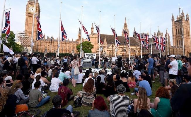 Londra'daki yangında hayatını kaybedenlere anma