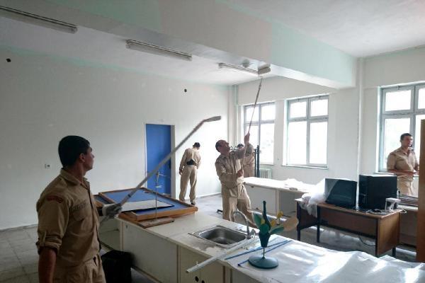 Amasra'da 3 okulun boya ve temizliğini askerler yapıyor