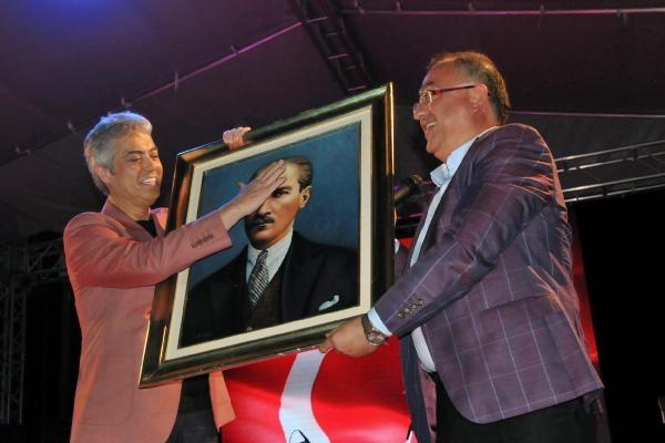 Cengiz Kurtoğlu, Yalova'da iki sepet dut karşılığı konser verdi