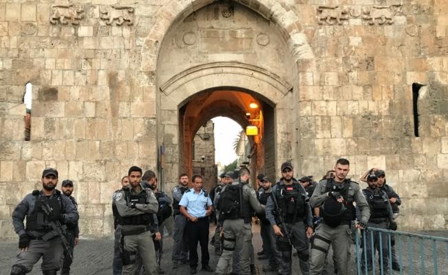İsrail polisi Mescid-i Aksa'nın kapısında cemaate müdahale etti