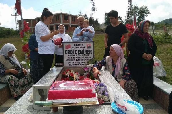 Şehidin mezarında yürek yakan doğum günü