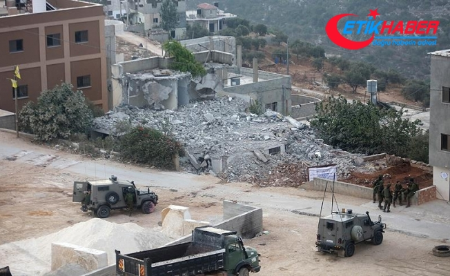 İsrail askerleri Filistinli ailenin evini yıktı