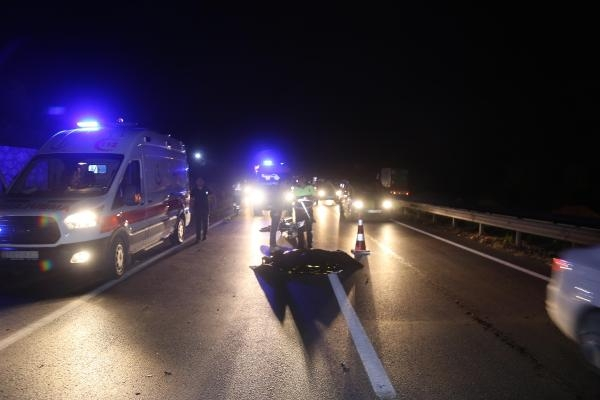 Emniyet şeridinde ters yöndeki traktörle çarpışan motosiklet sürücüsü öldü