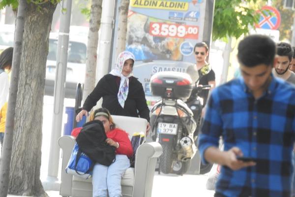 Engelli kızını, koltukla gezdiriyor