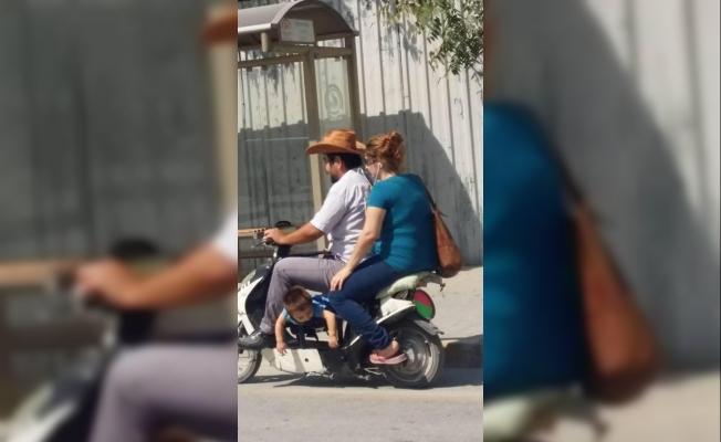 Scooter üzerinde tehlikeli yolculuk
