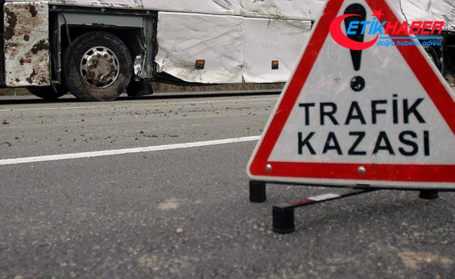 Bayburt'ta okul servisi ile otomobil çarpıştı: 16 yaralı