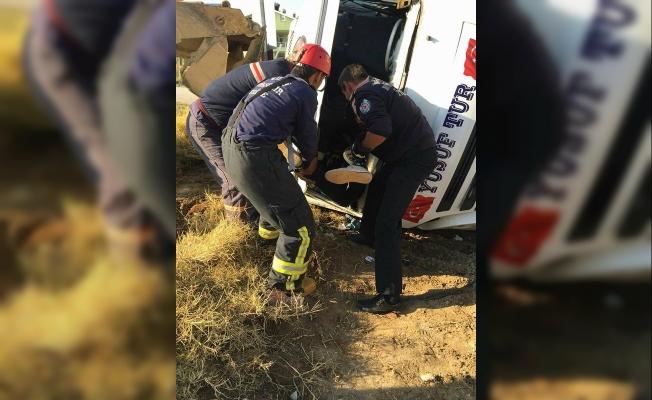 Otomobille çarpışan servis minibüsünün şoförü öldü