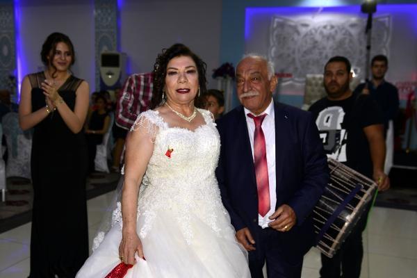 67 yaşında gelinlik giyip düğün yaptı