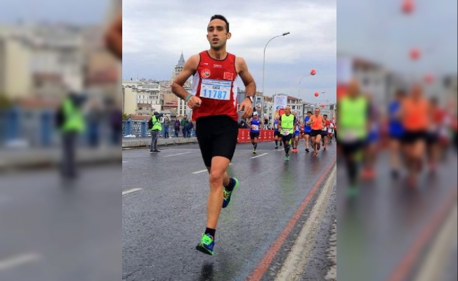 Maratondaki bir fotoğraf 11787 göğüs numaralı kayıtlı Yasemın Özkan Bolu yerine bir erkeğin koştuğunu kanıtlıyor