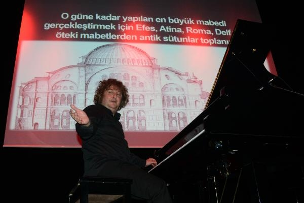 Tuluyhan Uğurlu: İstanbul'daki Ayasofya da ibadete açılmalı