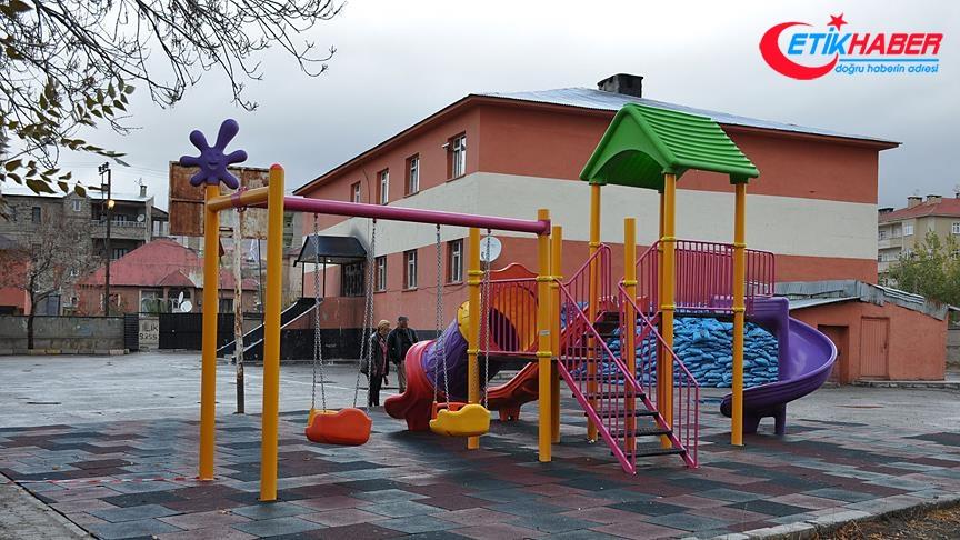 Yüksekova'da okul bahçeleri parka dönüştürülüyor
