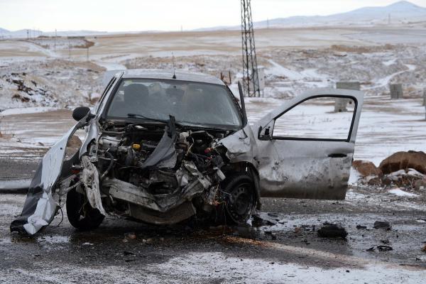 Ahlat'ta minibüs ile otomobil çarpıştı: 1 ölü, 2 yaralı