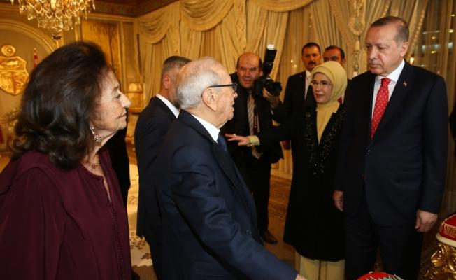 Cumhurbaşkanı Erdoğan'a, Tunus Cumhurbaşkanı Sibsi tarafından devlet nişanı takdim edildi