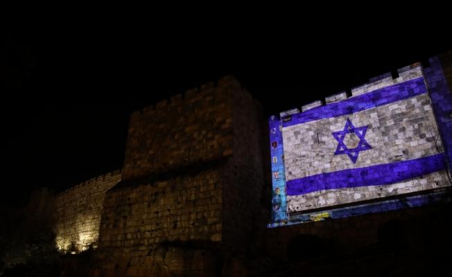 İsrail, Kudüs surlarına ABD ve İsrail bayraklarını yansıttı