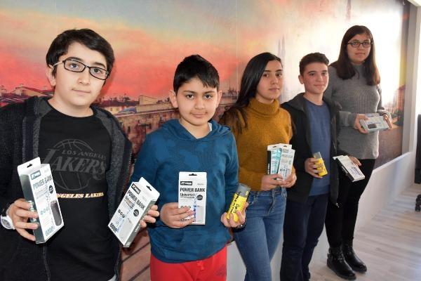Afrin'deki askerlere taşınabilir şarj cihazı ve mektup gönderdiler
