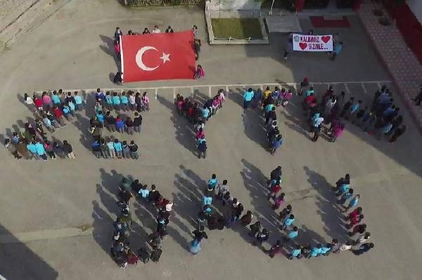 Öğrenciler 'Zeytin Dalı' yazısını oluşturdu
