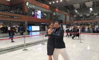 Havalimanında tango gösterisi