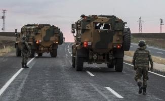 Ağrı'da yol kesen teröristler araç yaktı