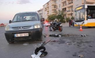 Motosiklet, hafif ticari araçla çarıştı; 2 ölü