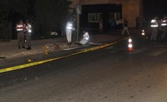 Otomobil önce motosiklete, ardından turist çifte çarptı: 1 ölü, 2 yaralı
