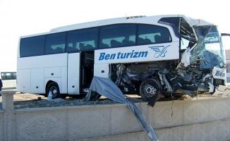 Tur otobüsü ile TIR çarpıştı!.. Çok sayıda yaralı var!