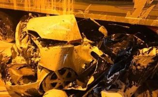 Park halindeki otomobile tır çarptı: 4 ölü
