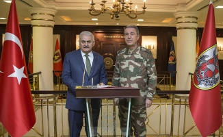 Başbakan Yıldırım'dan Zeytin Dalı Harekatı'nın komuta merkezine ziyaret