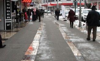 Buzlu kaldırımlara kaydırmaz halı önlemi