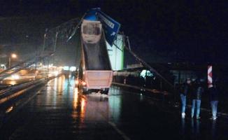 Kamyonun açılan damperi trafik levhalarına çarptı