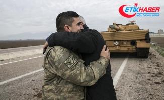 Vatandaşlardan Zeytin Dalı Harekatı'na katılan askerlere sevgi gösterisi