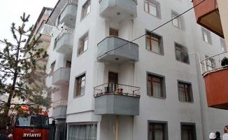 Yangın çıktı, yaşlı adam 3'üncü katın balkonundan atladı