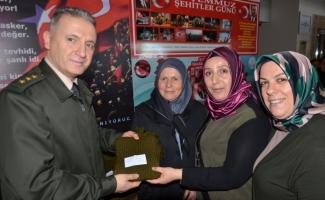 Yüksekova'daki Mehmetçikler için atkı ördüler