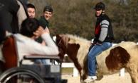 """Engelli çocuklar """"At""""larla sosyalleşiyor"""