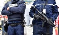Paris'te polise saldıran bir kişi açılan ateş sonucu etkisiz hale getirildi