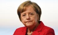 Merkel'in aracına domates atıldı