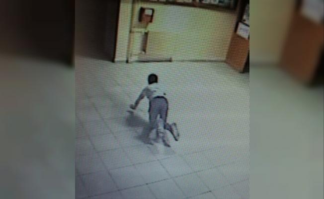 Hırsızlık zanlılıların emeklemesi güvenlik kamerasında