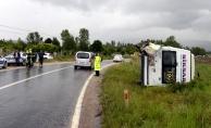 Yolcu minibüsü ile kamyonet çarpıştı: 8 yaralı